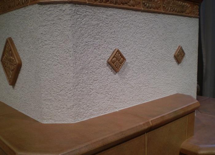 После высыхания штукатурного слоя можно приступать к украшению изделия