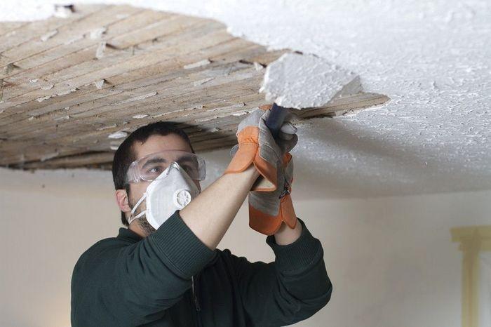 Поверхность потолка необходимо очистить от старой отделки вплоть до плиты перекрытия