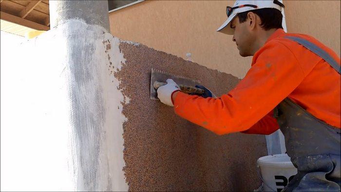 При работе с фасадом следует выбрать хорошую погоду, без мороза, дождя и жары