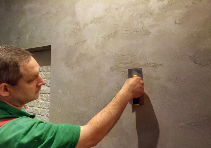 Штукатурка под бетон наносится на ровную, сухую и прогрунтованную поверхность