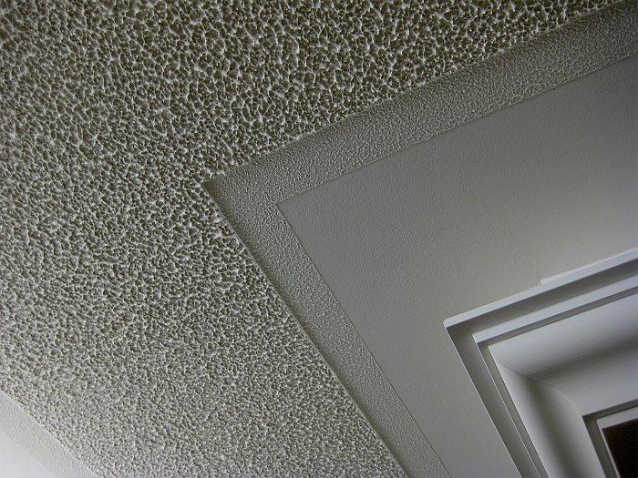 За счёт разных компонентов поверхность имеет особый узорчато-рельефный вид