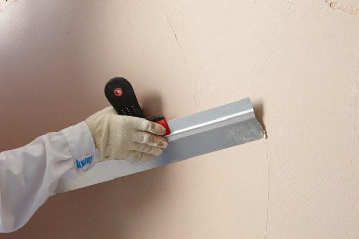 Завершением выравнивания поверхности стен может быть нанесение шпаклёвки