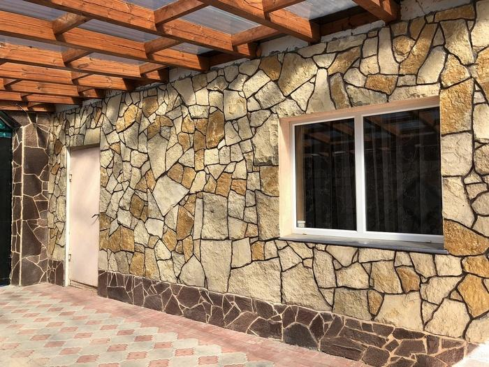 Декор под камень является экономичным способом внешнего оформления поверхности
