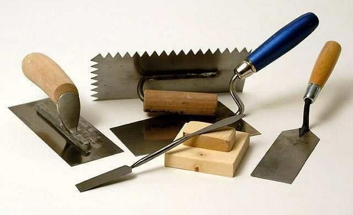 Для нанесения раствора и создания фактуры потребуется набор инструментов