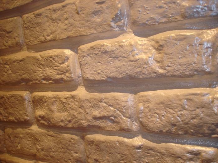 Имитация камня в виде объемной кладки сложнее для воплощения любителем