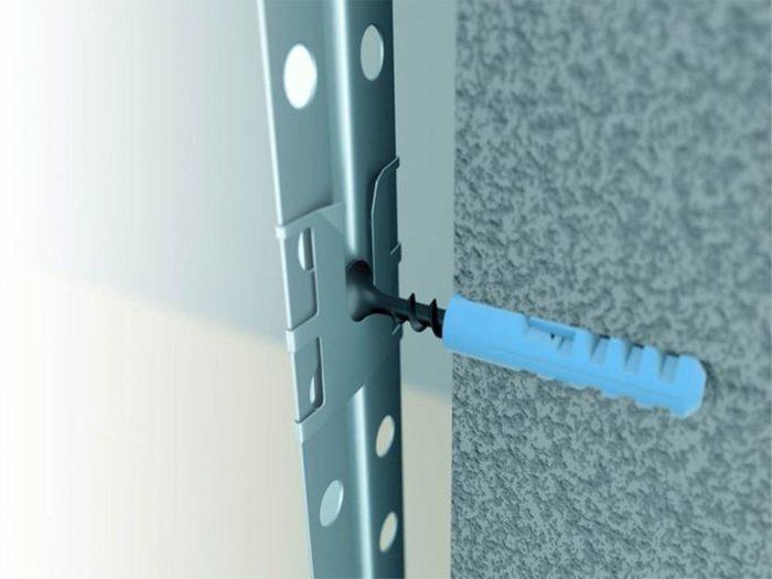 Крепления фиксируются непосредственно на маячковом профиле до монтажа профиля на стену