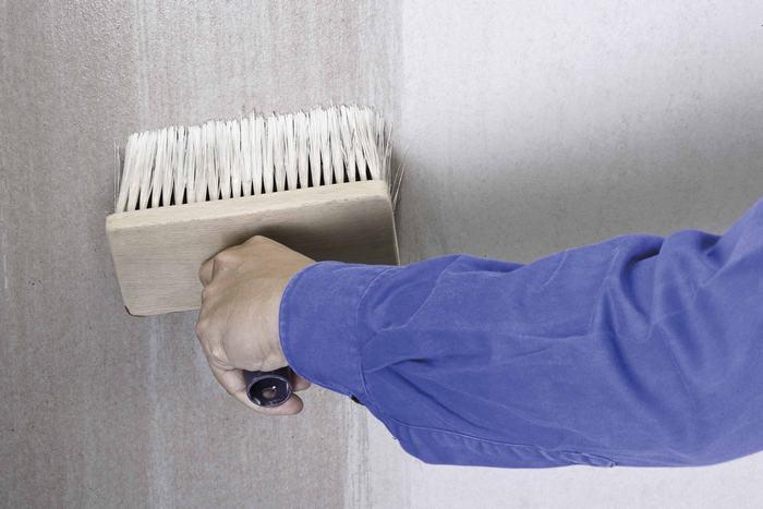 Перед началом работ требуется устранить дефекты и нанести грунтовку