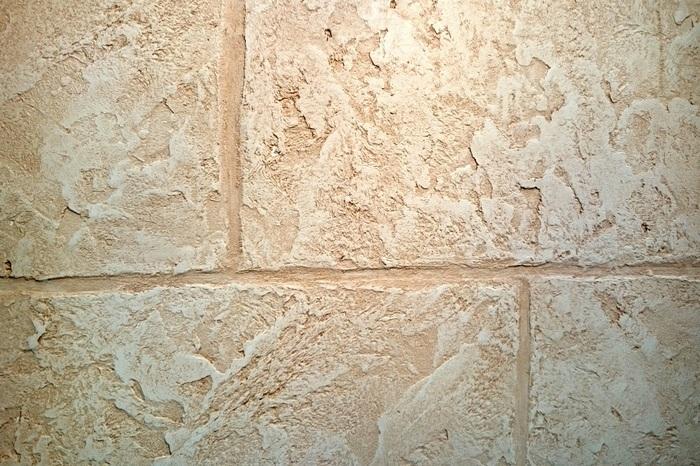 Плоскорельефные штукатурки больше подходят для имитации обработанного камня