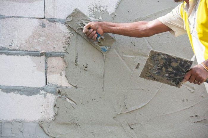 Рабочий материал наносится на поверхность участками 2-3 м2