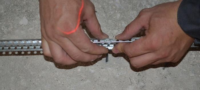 Установка одного металлического маяка с помощью крепежа «Ушастик» занимает в пределах 3 минут