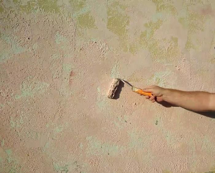 Штукатурка под травертин достаточно легко наносится, скрывает небольшие дефекты стен