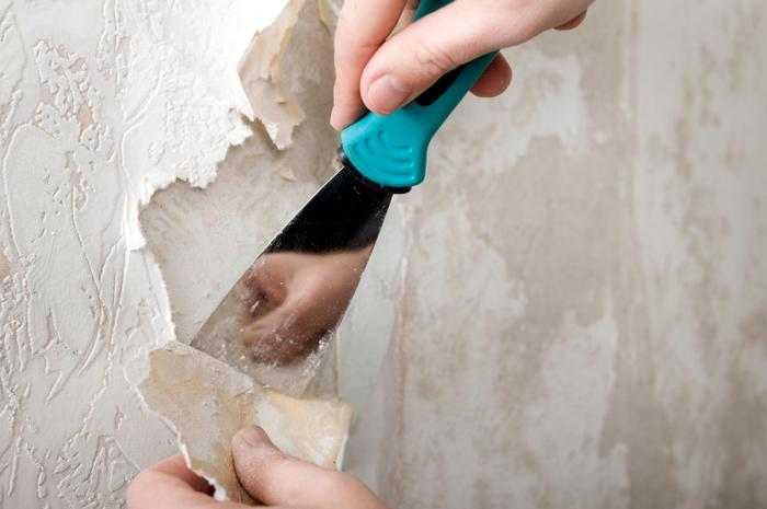 Сначала нужно очистить стены от старого покрытия