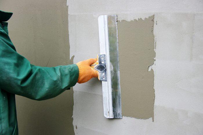 Целью при работе с декоративными шпаклевочными смесями является подготовка поверхности