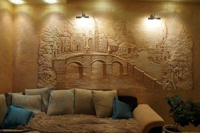Барельеф визуально меняет помещение, скрывая недостатки стенной поверхности