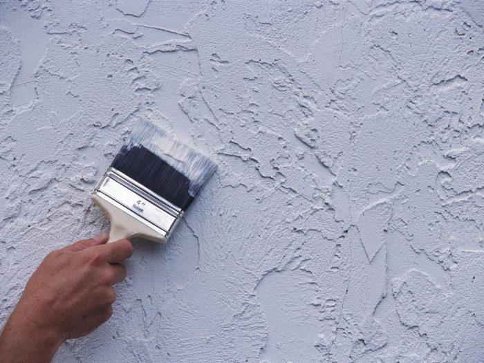 Чтобы перекрыть существующий цвет отделки необходимо нанести на стены грунт
