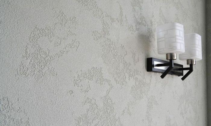 Декоративная штукатурка после нанесения - это матовая, однотонная белая поверхность