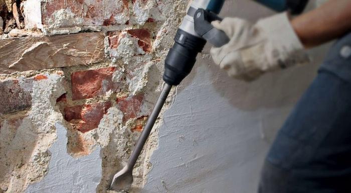Для надежного соединения штукатурного слоя с основой необходимо убрать остатки старого покрытия