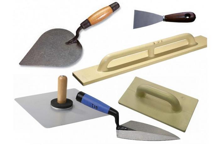 Для разравнивания штукатурки надо приготовить шпатели разного размера, мастерок, терку, правило