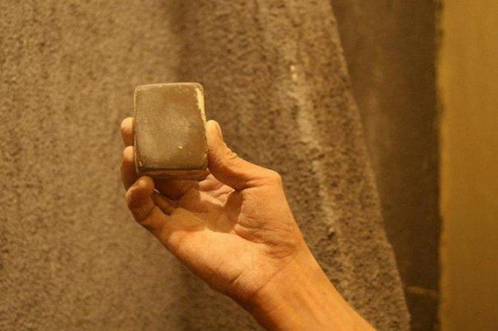 Камень должен иметь плоский участок, быть удобным для держания в руке