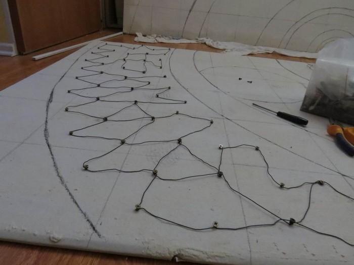 Особо выпуклый барельеф может потребовать изготовления на стене специального каркаса
