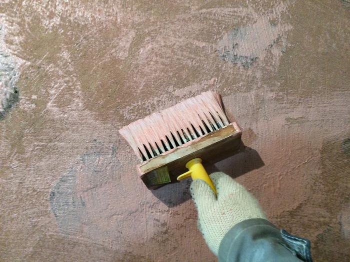 Перед нанесением шпаклевочной смеси на бетонное основание требуется предварительно загрунтовать его
