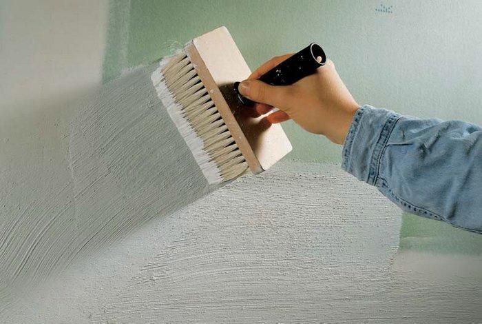 При нанесении грунтовки на поверхность стены важно следить за тем, чтобы не образовывались потеки