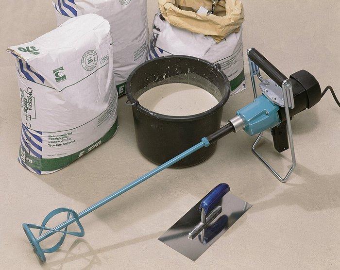 Процесс разведения шпаклевки начинается с приготовления инвентаря