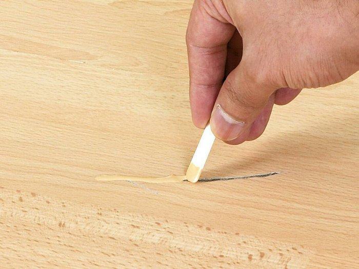 Щель небольшого размера заделывают подходящей по цвету шпатлёвкой или составом любого оттенка с последующей грунтовкой и окраской