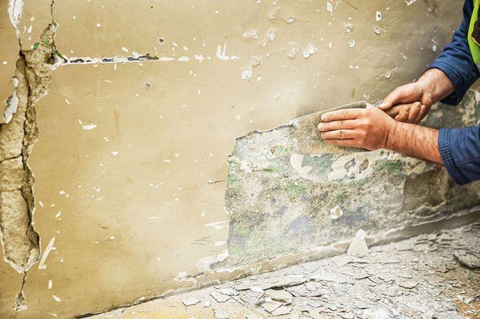 Сначала поверхность стен и потолка требуется тщательно очистить от старого покрытия