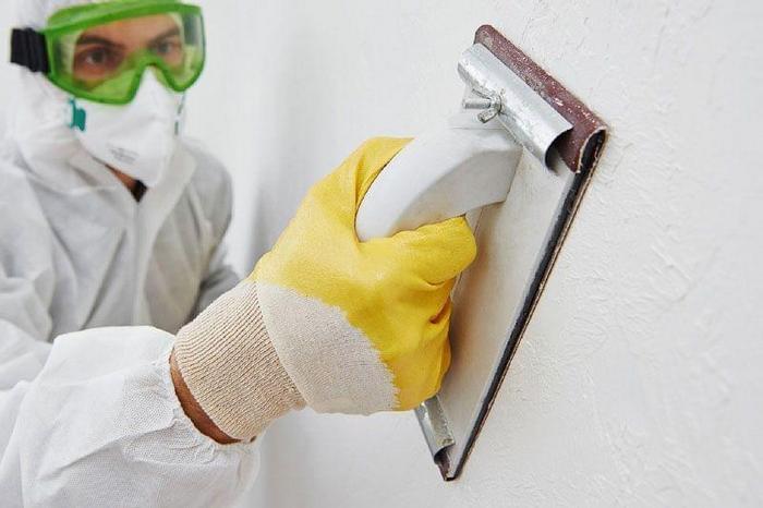 Затирка стен после шпаклевки является одним из самых главных этапов проведения ремонтных работ