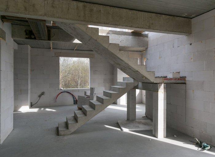 Звукоизоляционной штукатуркой покрывают стены и перекрытия между этажами