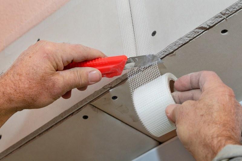Армирующую ленту можно наклеить на швы до нанесения шпаклевки