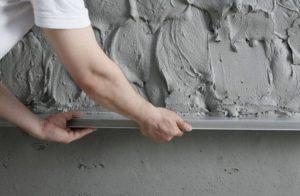 Черновой этап работы предполагает создание ровного слоя для нанесения завершающего покрытия