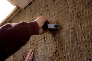 Для надежности крепления стены армируют сеткой