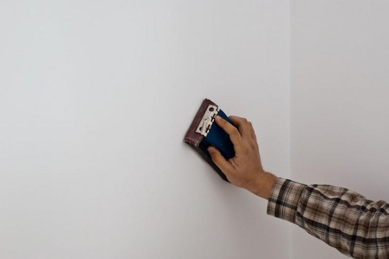 Для получения идеально ровной поверхности необходимо провести затирку стен после шпаклевки