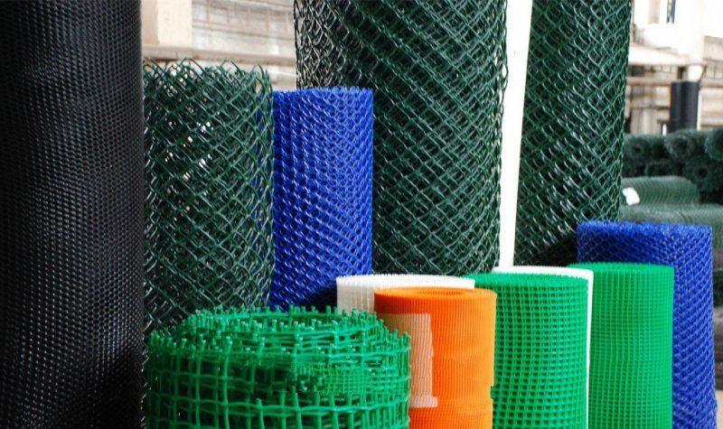 Для производства пластиковой сетки используются современные полимеры, которые отличаются высокой прочностью