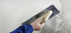 Для создания гладкой поверхности необходимо нанести на штукатурку тонкий слой финишной шпаклевки