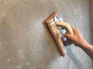 Для создания оригинальной текстуры штукатурку затирают малкой через 10 минут после нанесения