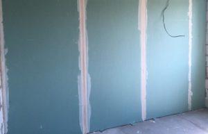 Для сухого выравнивания стен используют гипсокартонные листы