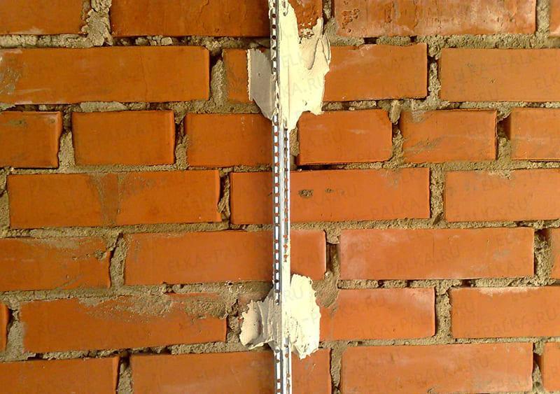 Если кривизна стен больше 2-3 см, то требуется монтаж направляющих