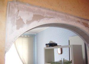 Излишки массы распределяют по поверхности арки