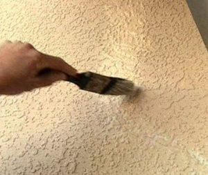 Когда база высохнет, кисточкой наносят раствор вторым тонким слоем