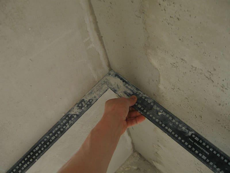 Когда угол между стыками отклоняется от 90°, выравнивать поверхность придется слоем в 8 см или более