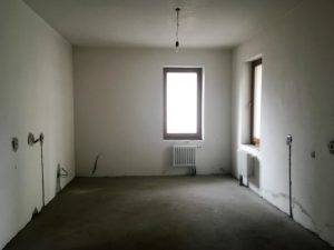 Комнату очищают от мебели