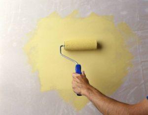 Краска наносится вертикальными движениями