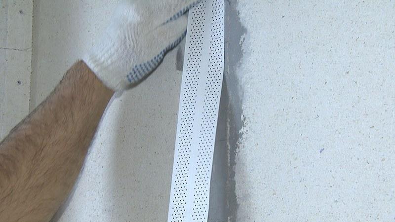 Ленту приклеивают с помощью штукатурки к обрезным швам гипсокартона