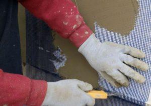 Материал разглаживают шпателем так, чтобы не образовывалось складок или загибов
