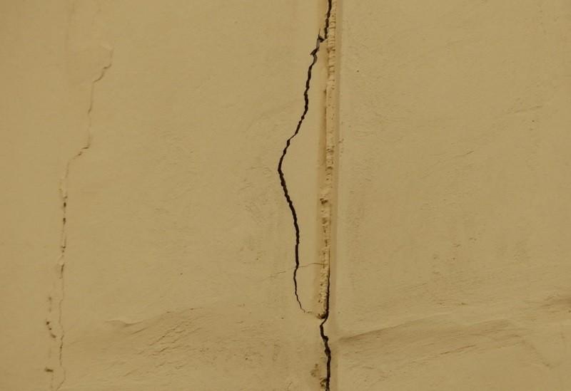 Маячки могут отходить от стены, из-за чего появляются трещины на штукатурке
