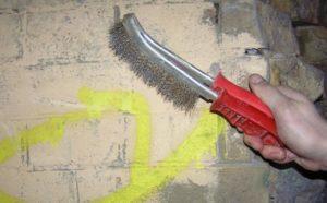 Места расслоения бетона, кирпича зачищают металлической щеткой