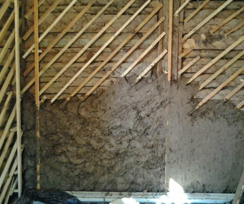 На деревянных поверхностях предварительно фиксируется дранка либо сетка
